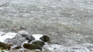 Klimpernde Eisschollen im Kellersee bei eisigem Ostwind