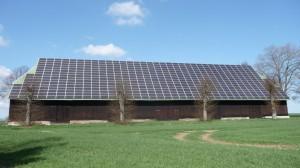 Viele Sonnenkollektoren auf Scheune bei Oevelgönne