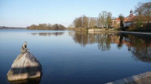 Großer Eutiner See mit Schloss und Statue von der Seepromenade