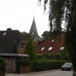 Wohngebiet in Ratekau mit Vicelinkirche im Hintergrund