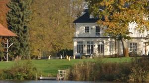 Haus am kleinen See mit Skulpturen