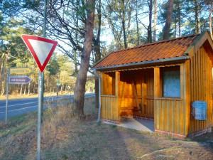 Wanderziel Schutzhütte an der B3 vor Lührsbockel im in der Morgensonne