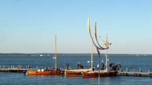 Shuttleboote zum Wilhelmsstein. Kunst im Vordergrund