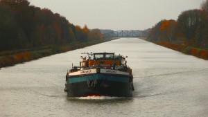 Mittellandkanal mit Binnenschiff