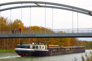 Wanderer auf Brücke über Mittellandkanal