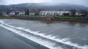 Weserwehr mit Klüt im Regen