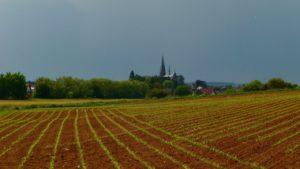 Wirges' düstere Kirche bei Gewitterhimmel