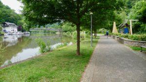 Lahnufer Balduinstein flußaufwärts